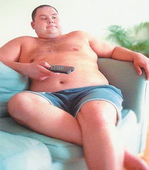 Мужчина на диване фото