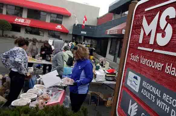 Добровольцы общества рассеянного склероза (MS) устроили гаражную распродажу