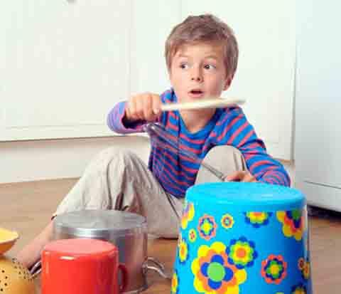 ребенок играет на кастрюлях